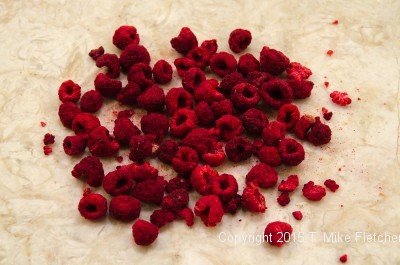 wedding-cakes-freeze-dried-raspberries.jpeg